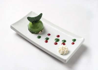 TAPA POSTRE: GREEN MOON • Semi esfera de mousse de chocolate blanco, crema de lima y chantilly de mascarpone.