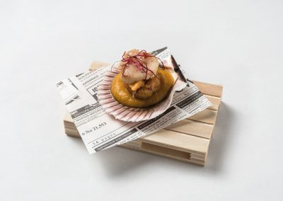 TAPA: Pectinido Zamburiña con crema de habitas y crujiente de jamón. Apta Celíacos
