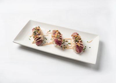 TAPA: Sashimi de Buey Arroz, chuleta de buey, salsa japonesa agridulce y cebolla crujiente. Apta Celíacos
