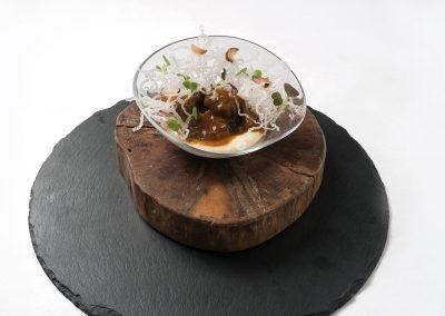 CAZOLETA: Ternera guisada con verduritas Al Vino tinto Viñas del Vero, sobre espuma de patata con apionabo y jengibre y fideos chinos.