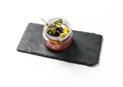 TAPA: Cazón de Lamcome Cazón adobado rebozado con sésamo negro, confitura de pimientos rojos y brotes de minimexilium. Apta Celíacos