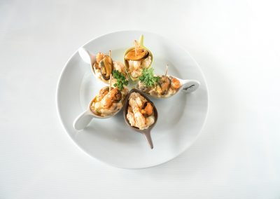 TAPA: Bocadito de Mar  Gamba, mejillón, salmón, palito de cangrejo, ensalada. Apta Celíacos