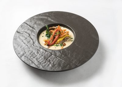 CAZOLETA: Mini tubi Crepe de boletus y foie con trufa y verduritas salteadas.